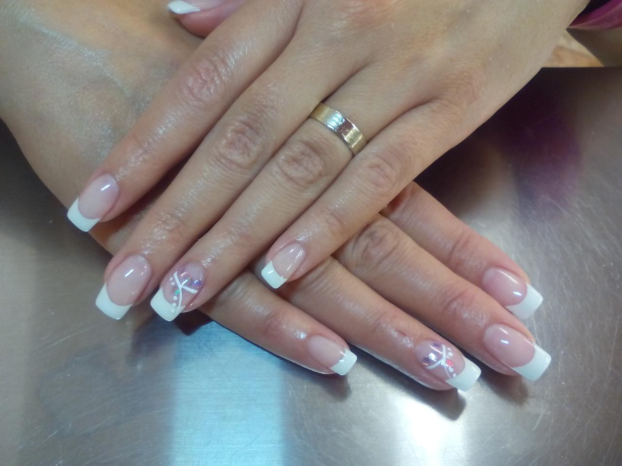 Colocación de uñas de gel con tips